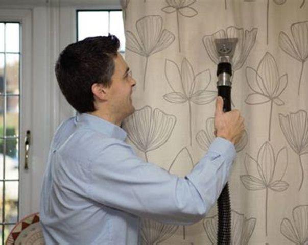 Использование пылесоса для чистки японских штор